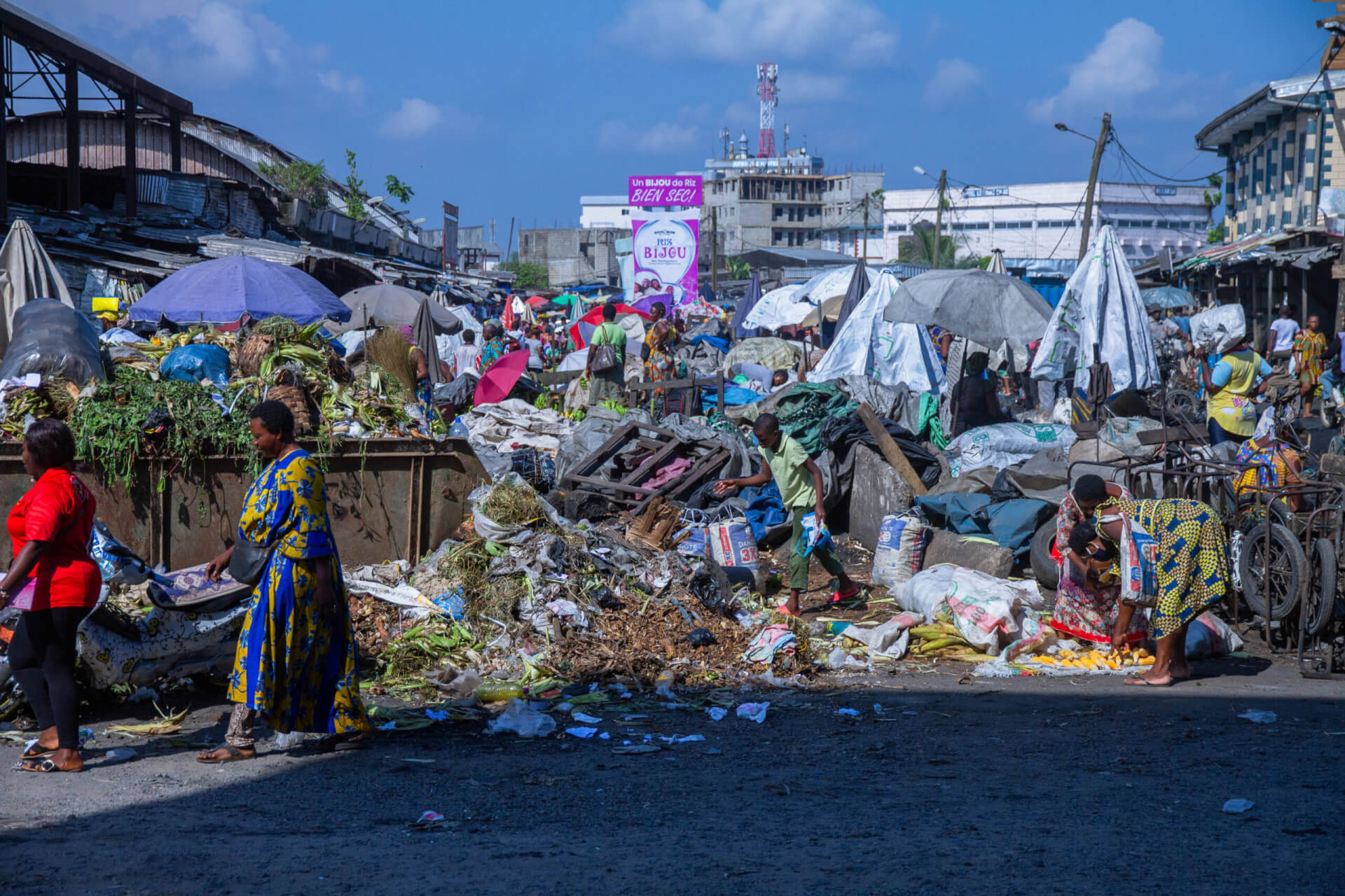 Daily life in the markets of Douala, with little waste collection or sorting